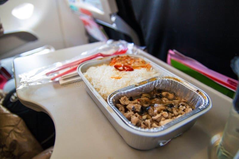 Ensemble de repas en vol dans une bo?te, sur la table de pliage dans la classe touriste Alimentation des passagers de la nourritu photos stock