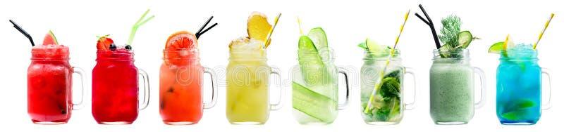 Ensemble de smoothies et de limonades délicieux frais classiques dans un vi photographie stock