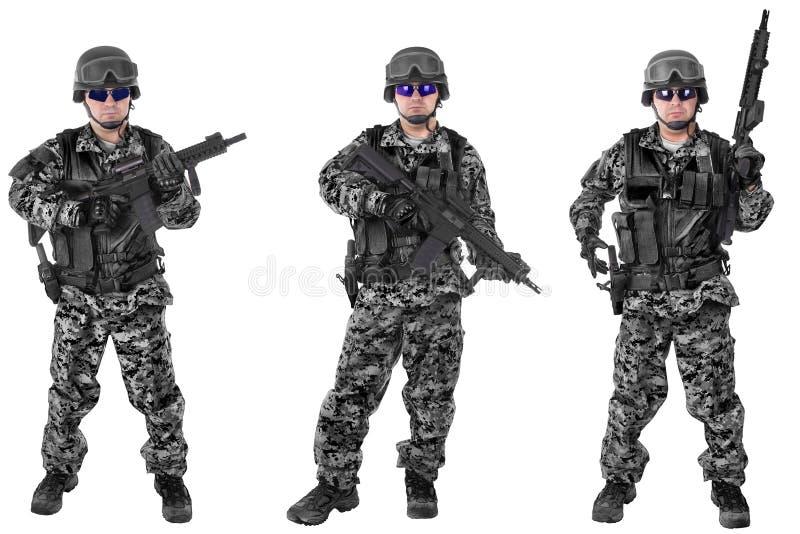 Ensemble de soldats militaires dans le camouflage noir, d'isolement sur le blanc photo stock