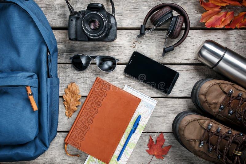 Ensemble de substance de voyage sur le fond en bois photographie stock libre de droits