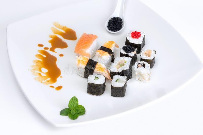 Sushi d 39 un plat blanc nourriture traditionnelle du japon for Poisson japonais nourriture