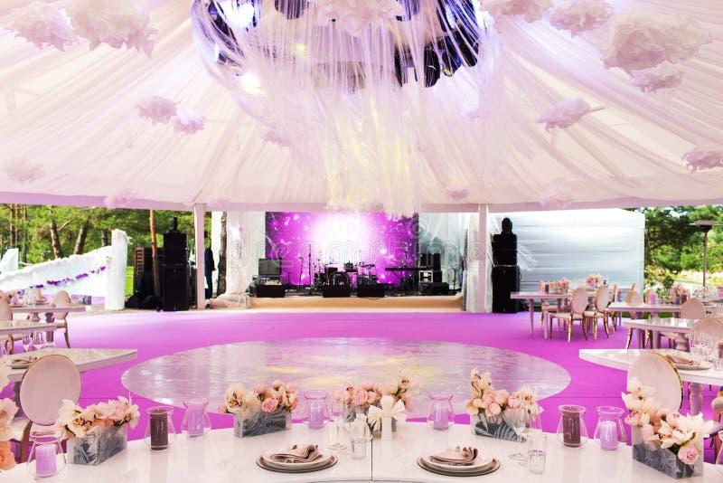 Ensemble de Tableau pour épouser ou un dîner approvisionné d'événement et un grand dôme blanc différents photos libres de droits