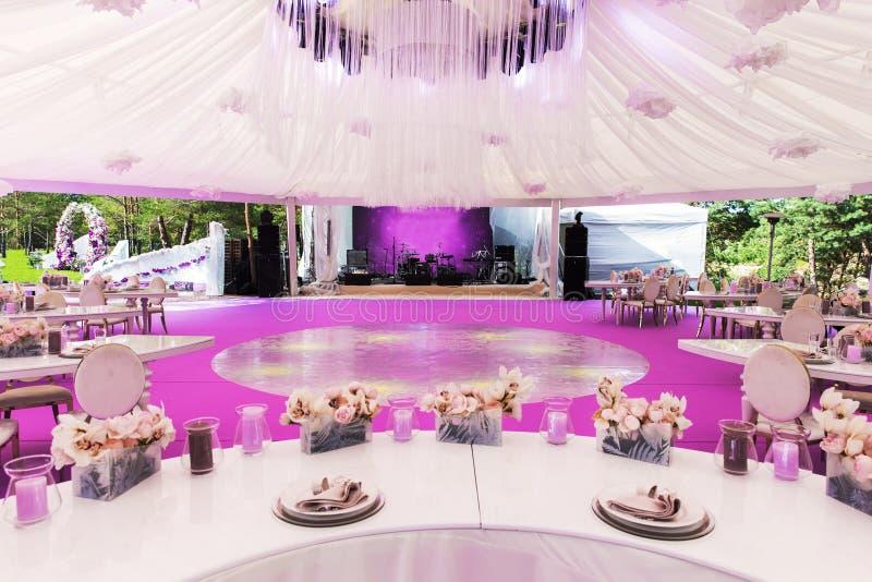 Ensemble de Tableau pour épouser ou un dîner approvisionné d'événement et un grand dôme blanc différents photographie stock libre de droits