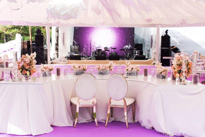Ensemble de Tableau pour épouser ou un dîner approvisionné d'événement et un grand dôme blanc différents photographie stock