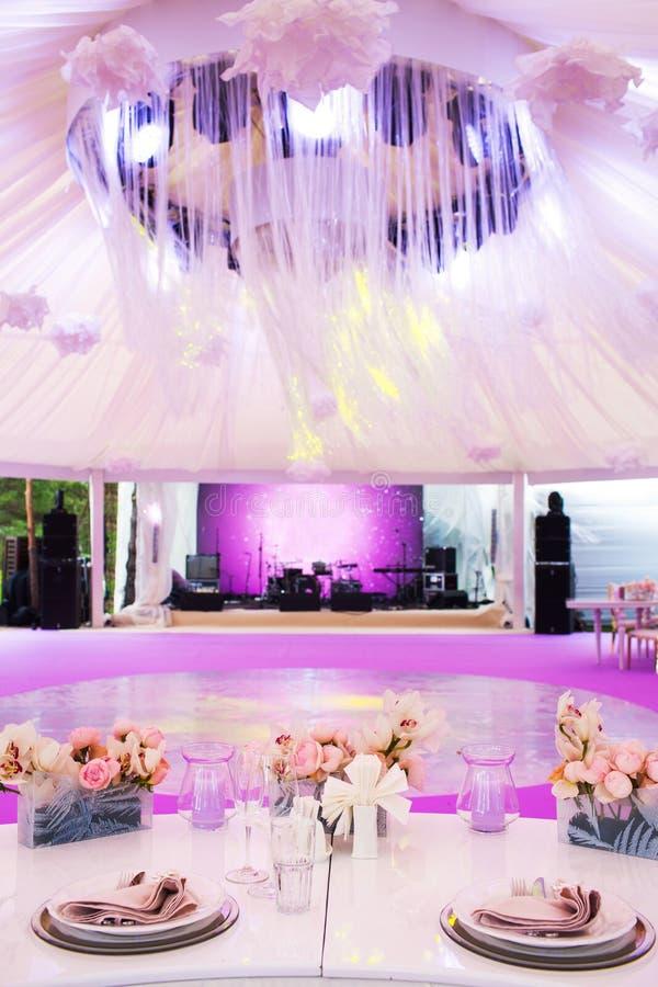 Ensemble de Tableau pour épouser ou un dîner approvisionné d'événement et un grand dôme blanc différents image libre de droits