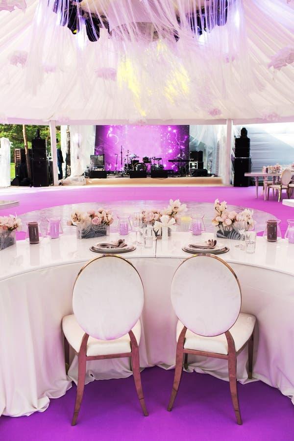 Ensemble de Tableau pour épouser ou un dîner approvisionné d'événement et de grandes fleurs de papier différents images libres de droits