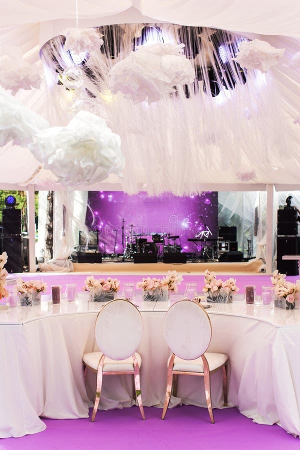 Ensemble de Tableau pour épouser ou un dîner approvisionné d'événement et de grandes fleurs de papier différents photos libres de droits