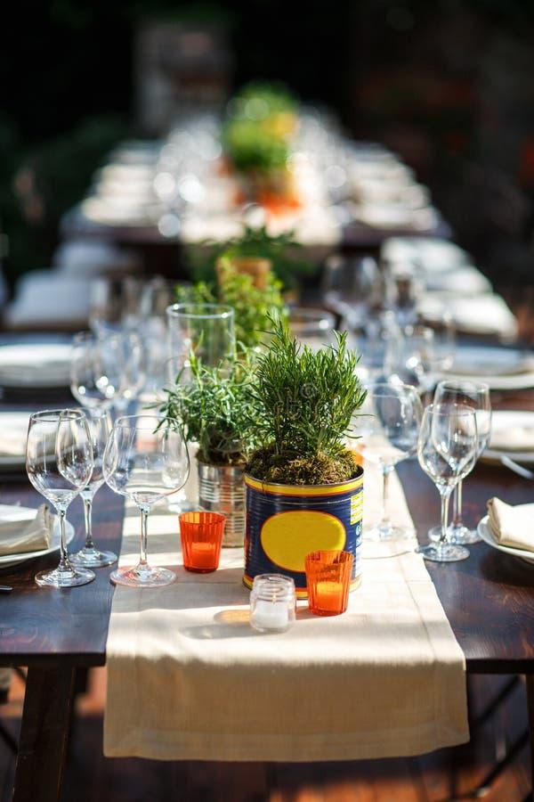 Ensemble de Tableau pour épouser ou un dîner approvisionné différent d'événement Villa italienne photo stock