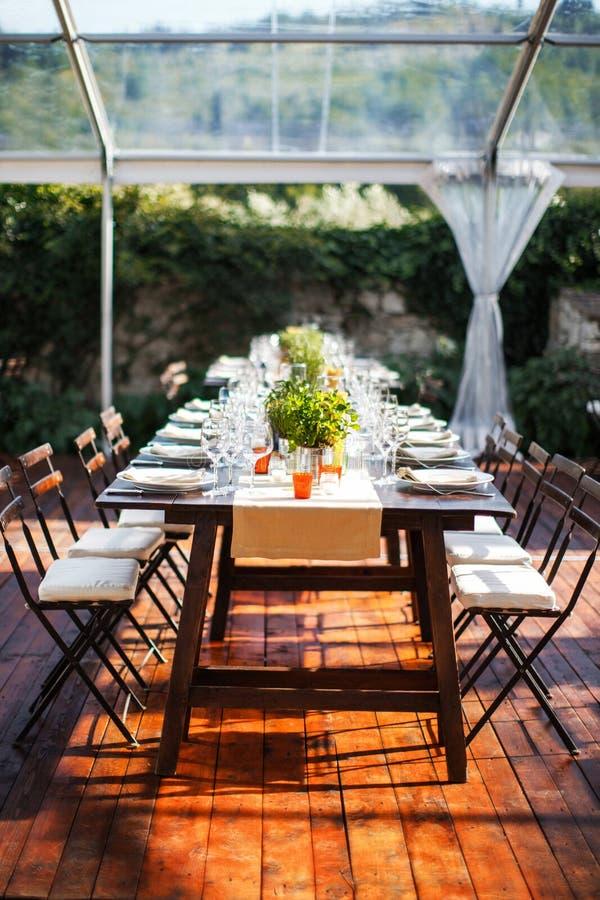 Ensemble de Tableau pour épouser ou un dîner approvisionné différent d'événement Villa italienne r photo stock