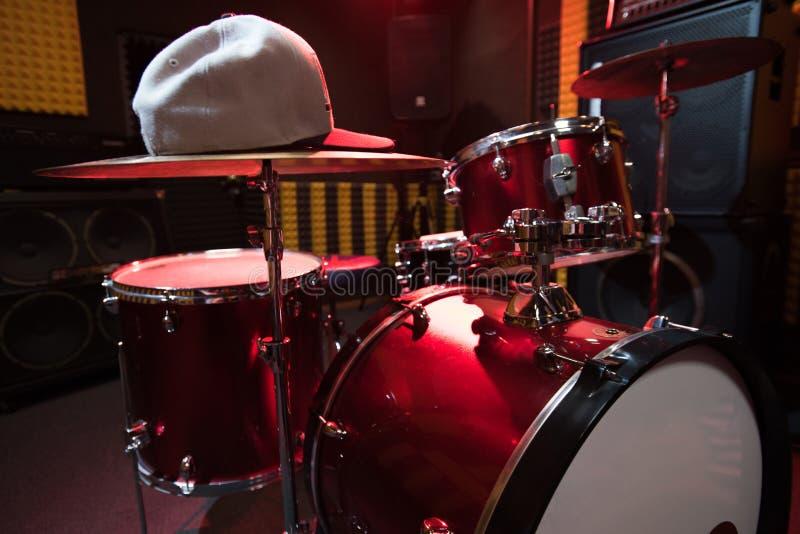 Ensemble de tambour dans le studio de disque d'obscurité image stock