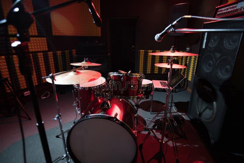 Ensemble de tambour dans le studio record photo stock