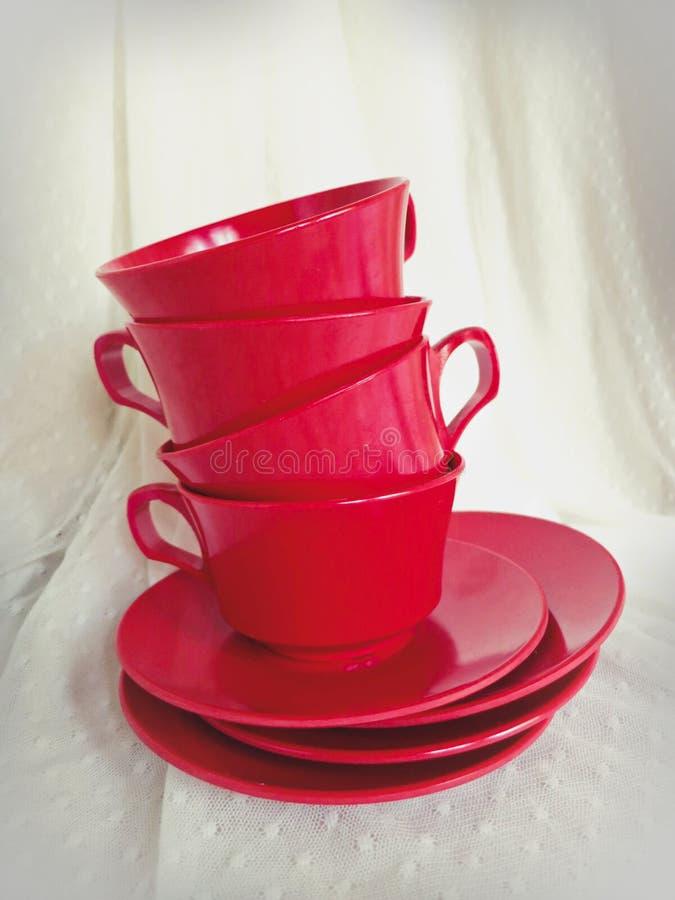Ensemble de tasse et soucoupe de thé empilé par vintage de rouge de cerise images libres de droits