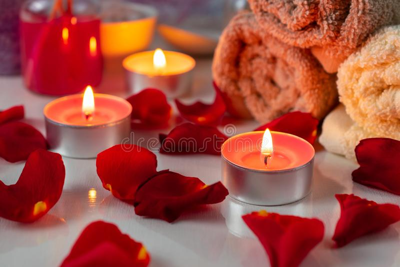 Ensemble de traitement de station thermale avec de l'huile, les bougies, les pétales de rose et les fleurs parfumés photographie stock libre de droits