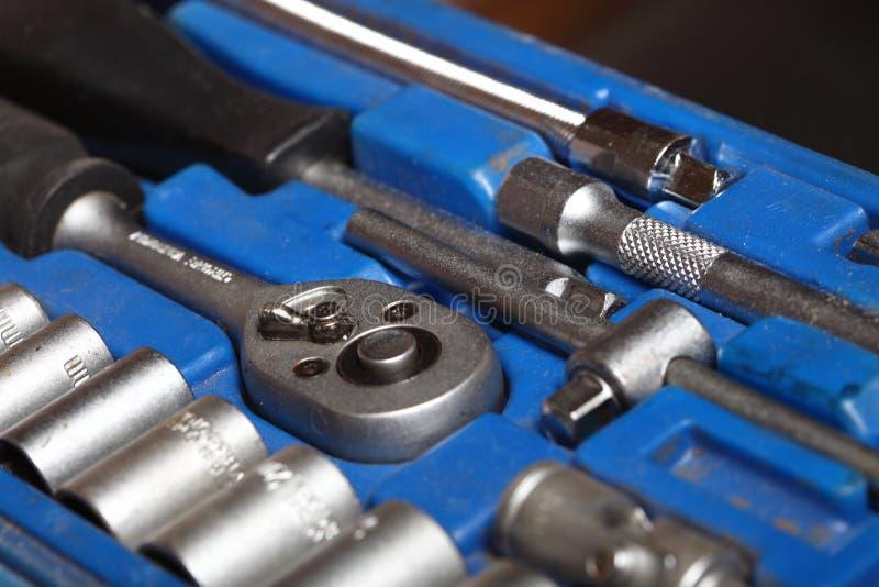 Outils réglés de trousse à outils de plan rapproché dans la boîte bleue images stock