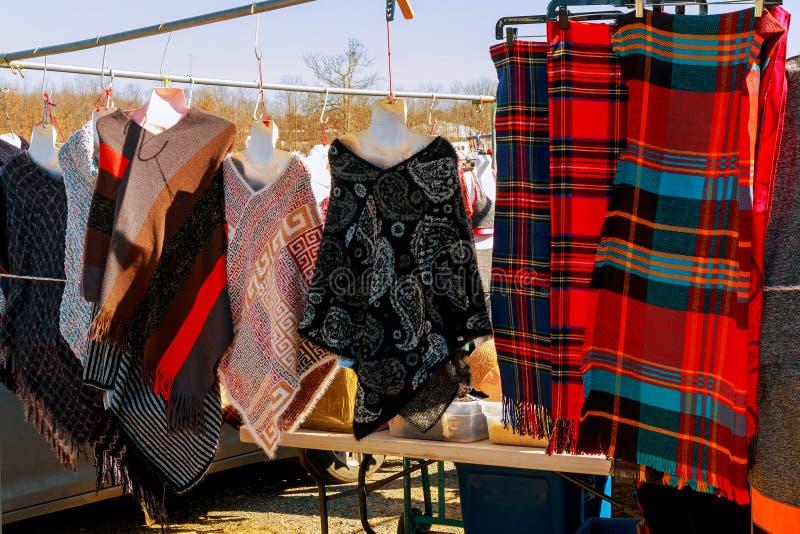 Ensemble de vêtements de vintage de beaucoup de couleurs à vendre au marché aux puces images libres de droits