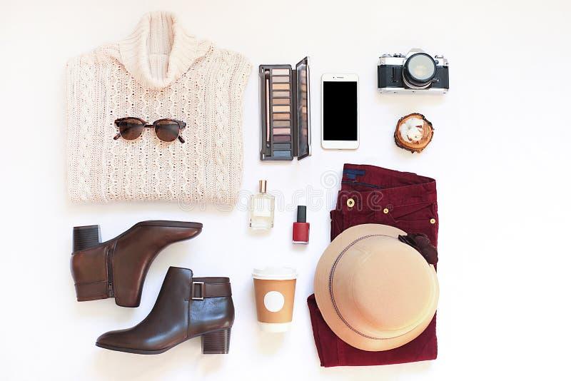 Ensemble de vêtements et d'accessoires élégants femelles sur la configuration blanche d'appartement de fond, vue supérieure images stock