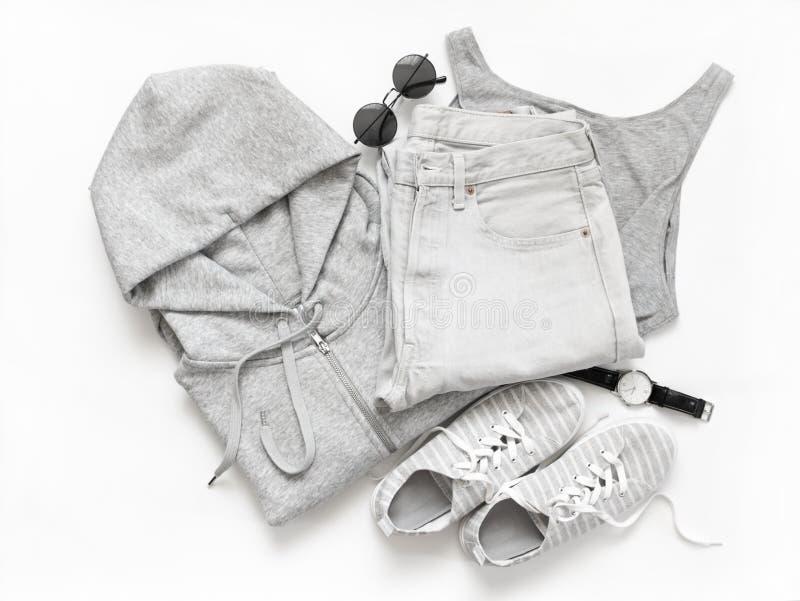 Ensemble de vêtements sport et d'accessoires gris photographie stock libre de droits