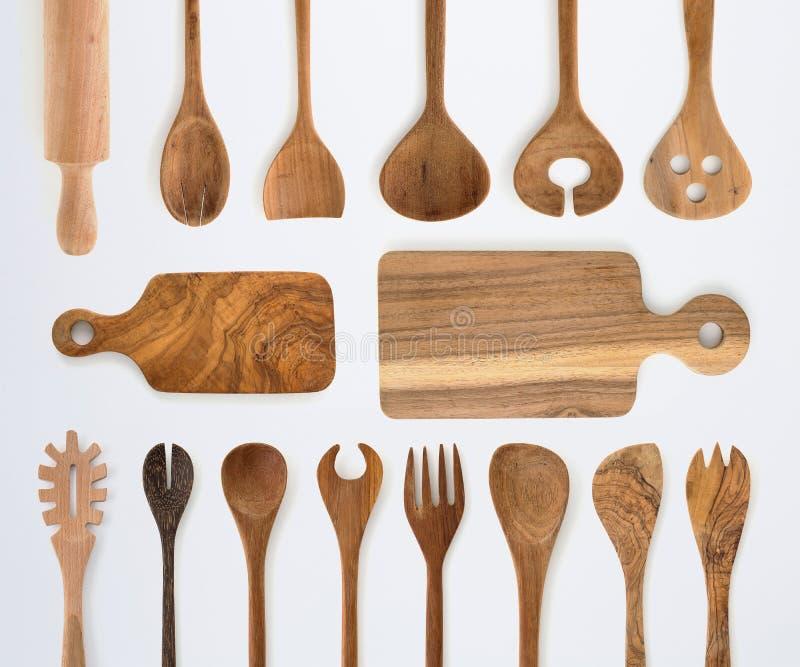 Ensemble de vaisselle de cuisine de fourchette, de cuillère et d'ustensiles en bois sur le dos de blanc photographie stock libre de droits