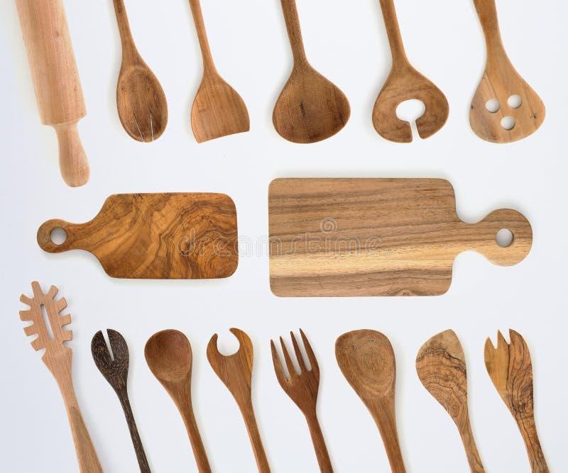 Ensemble de vaisselle de cuisine de fourchette, de cuillère et d'ustensiles en bois sur le dos de blanc images libres de droits