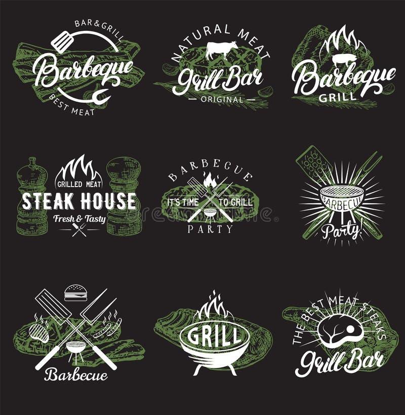 Ensemble de vecteur d'emblèmes, de logos, d'insignes et de labels de barbecue de cru illustration stock