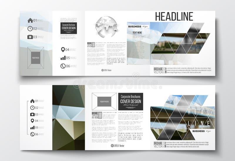 Ensemble de vecteur de brochures triples, calibres carrés de conception Fond polygonal coloré, image brouillée, scène urbaine illustration libre de droits