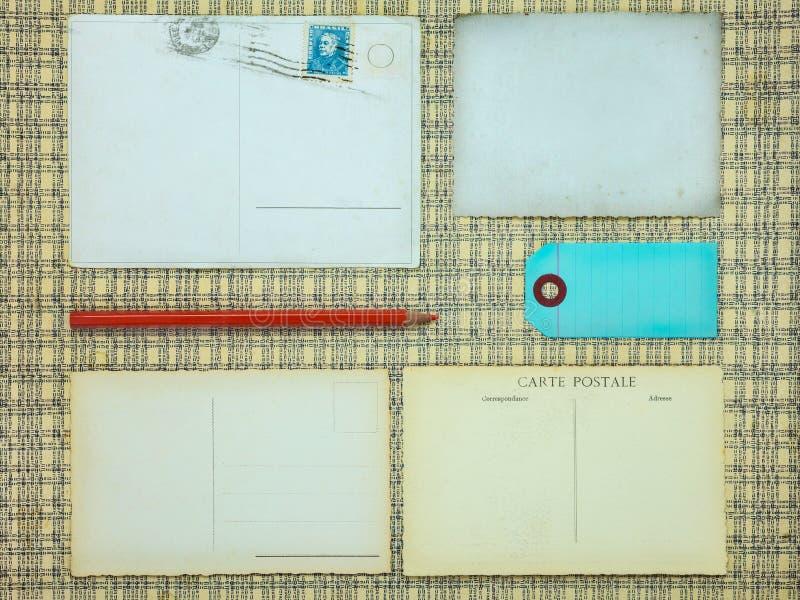Ensemble de vieilles cartes postales, d'étiquette et de crayon rouge photo libre de droits