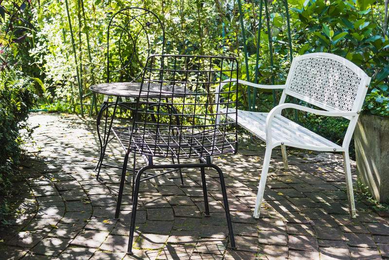Ensemble de vintage de table et de chaises pour dehors photo libre de droits