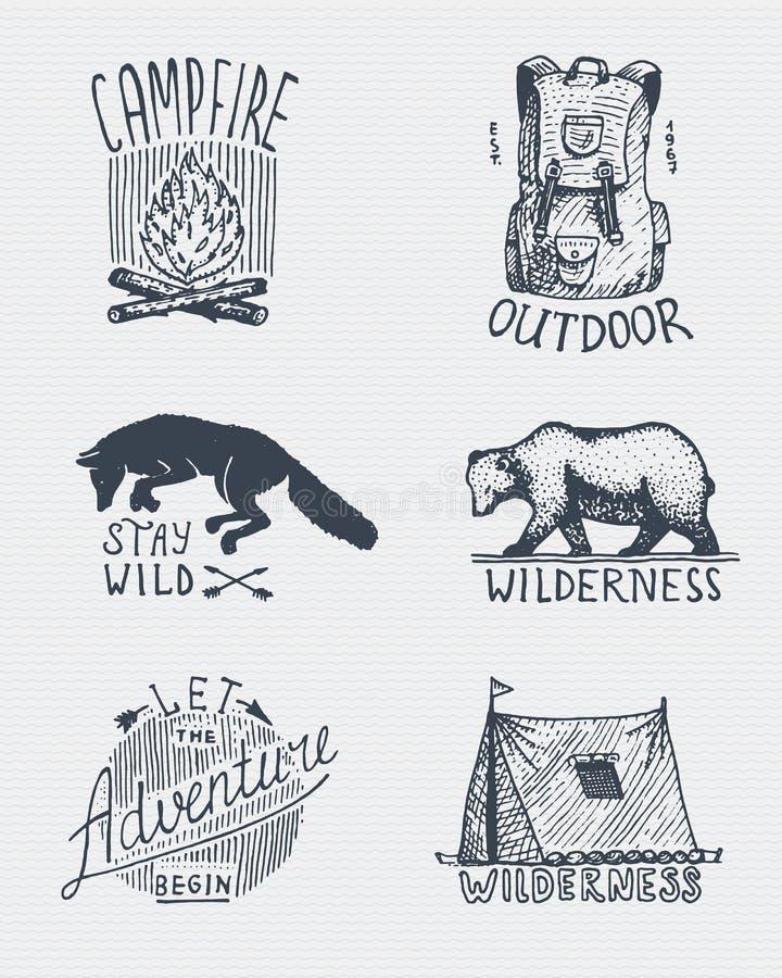 Ensemble de vintage gravé, tiré par la main, vieux, de labels ou d'insignes pour camper, hausse, chassant avec le feu de camp, le illustration de vecteur