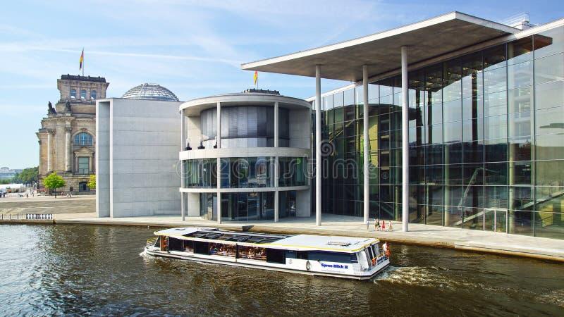 Download Ensemble Des Gebäude Deutschen Bundestag. Redaktionelles Bild - Bild von deutsch, boot: 26366045