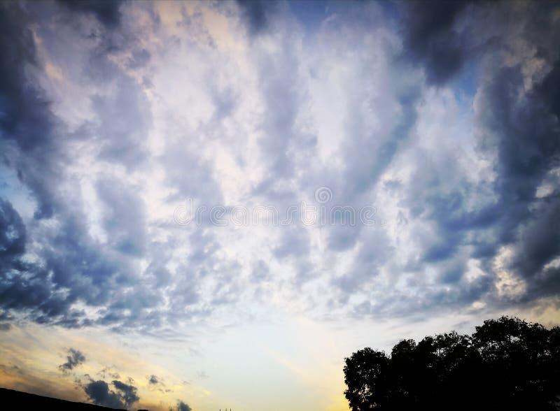 Ensemble du soleil de ciel de nuages photographie stock libre de droits