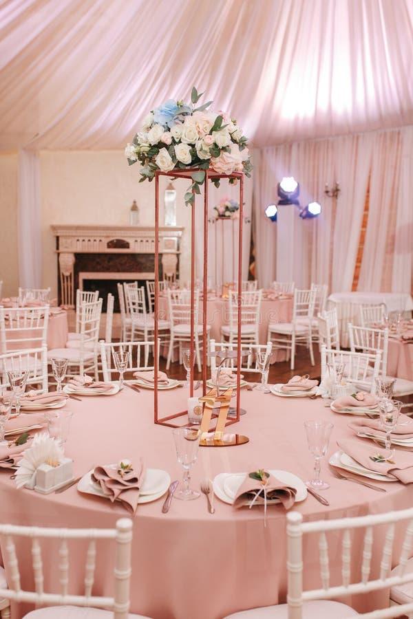 Ensemble du tableau 11 pour épouser ou un dîner approvisionné différent d'événement Luxe décoré des fleurs naturelles Photo verti image libre de droits