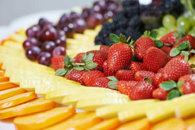 Ensemble en gros plan de table de restauration de fruit images stock