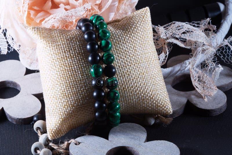 Ensemble en pierre naturel vert et noir de bracelet photographie stock