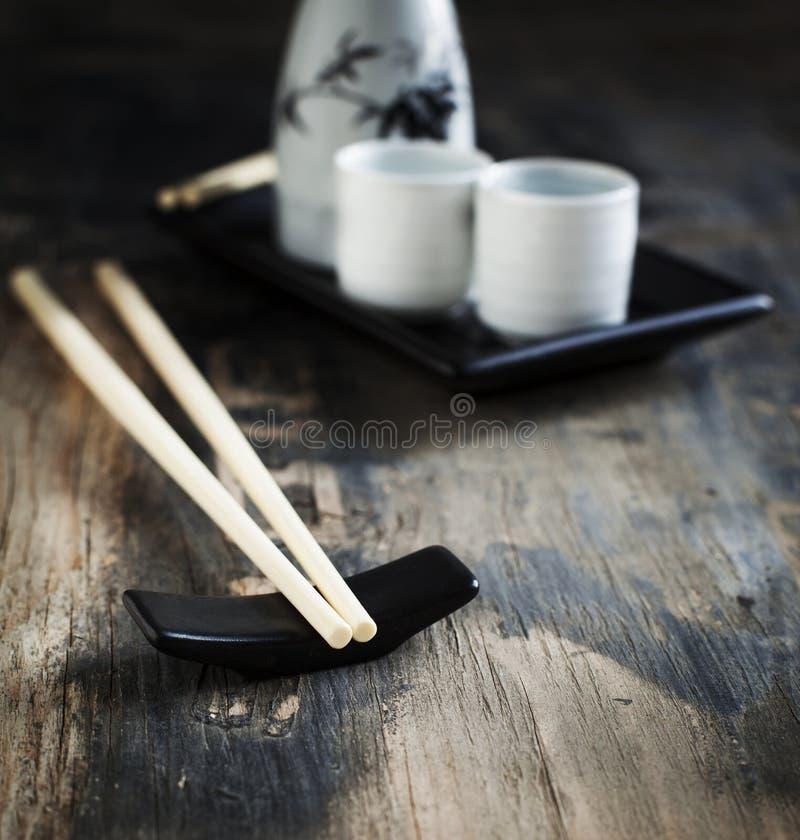 Ensemble et saké de table de style japonais image libre de droits