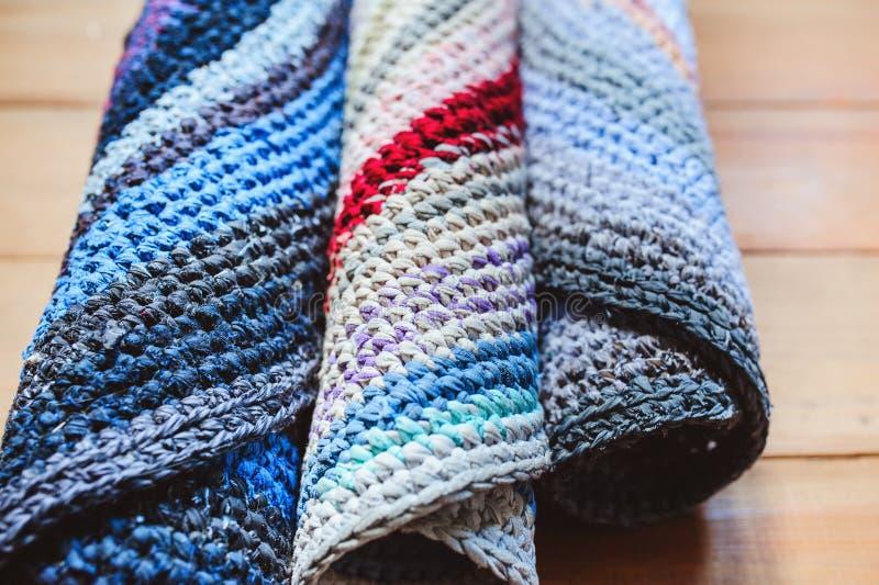 ensemble fait main de tapis de grands-mères fait à partir de vieux vêtements utilisés photo libre de droits