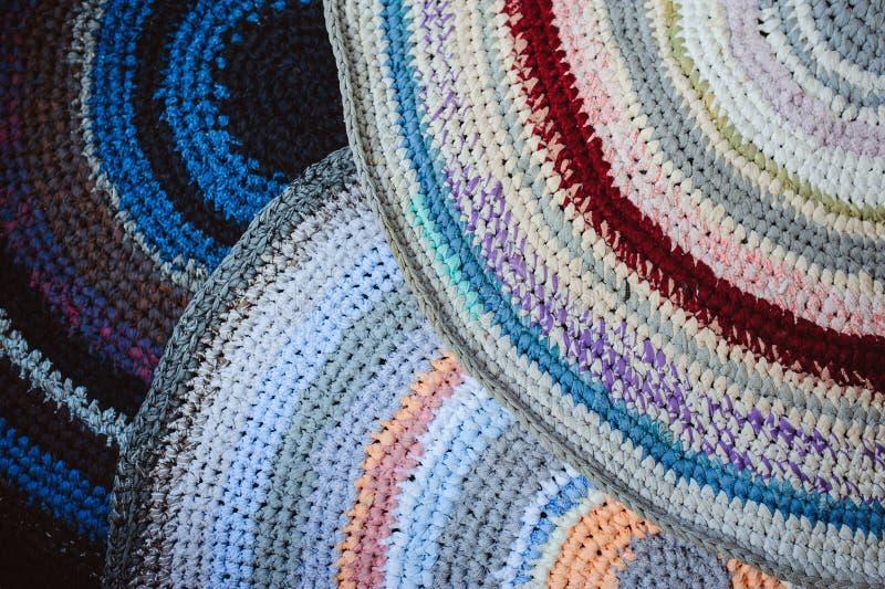 ensemble fait main de tapis de grands-mères fait à partir de vieux vêtements utilisés image libre de droits