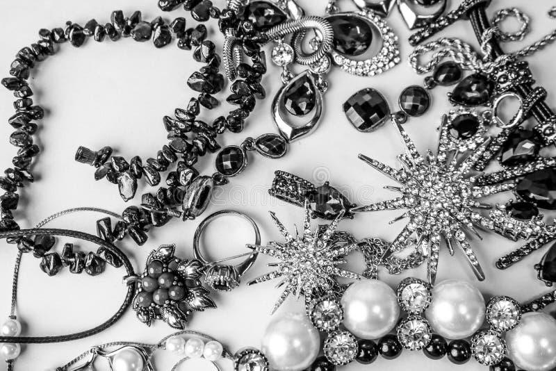 Ensemble fascinant à la mode de bijoux de beaux bijoux brillants précieux photographie stock