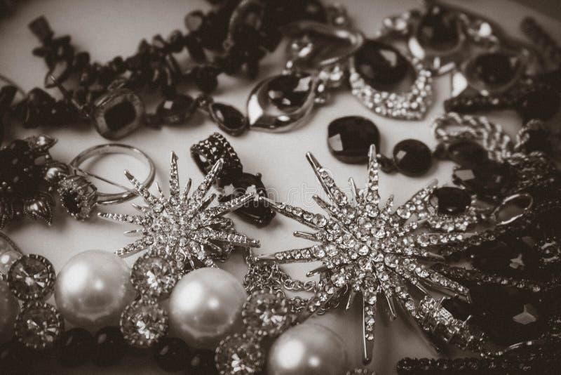Ensemble fascinant à la mode de bijoux de beaux bijoux brillants précieux, collier, boucles d'oreille, anneaux, chaînes, broches  image libre de droits