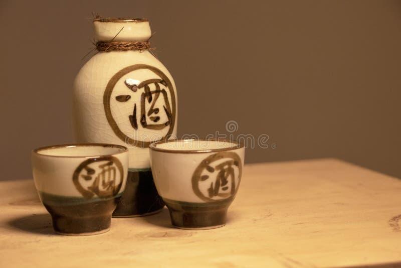 Ensemble japonais de saké avec l'écriture photos stock