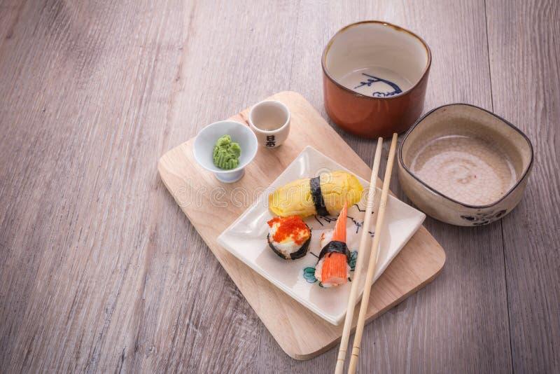 Ensemble japonais de sushi et de saké photos libres de droits