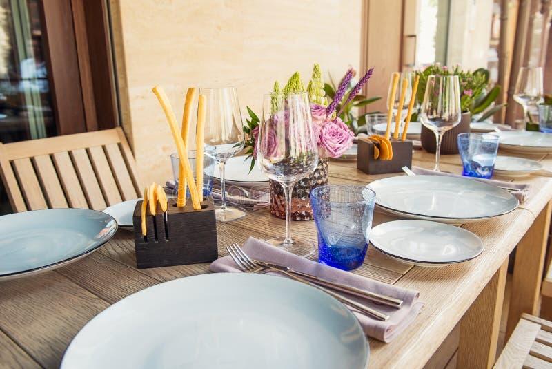 Ensemble léger de Tableau pour épouser ou un dîner approvisionné différent d'événement La table en bois a servi avec des plats, f image libre de droits