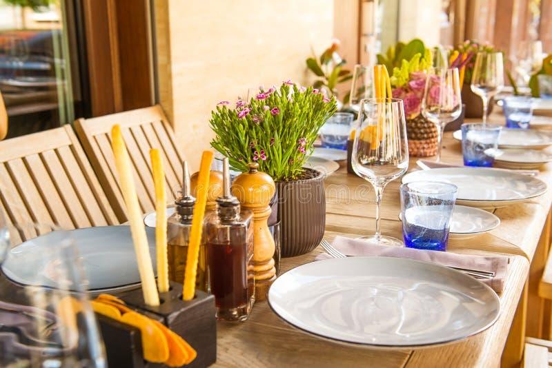 Ensemble léger de Tableau pour épouser ou un dîner approvisionné différent d'événement La table en bois a servi avec des plats, f photographie stock libre de droits