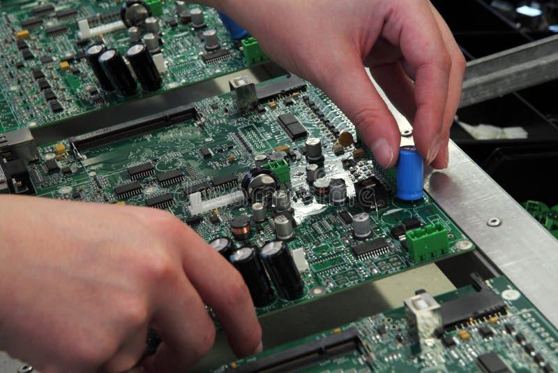 Ensemble manuel des composants électroniques image stock
