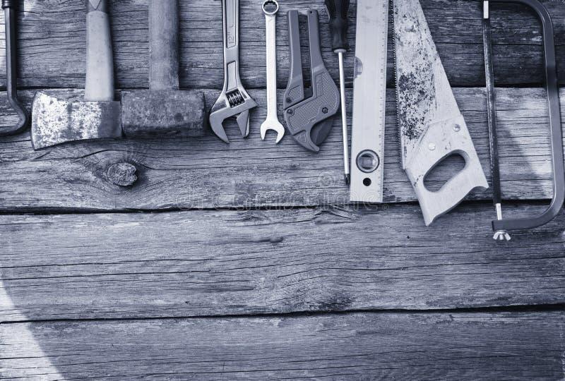 Ensemble modifi? d'outils ? main sur un panneau en bois images stock