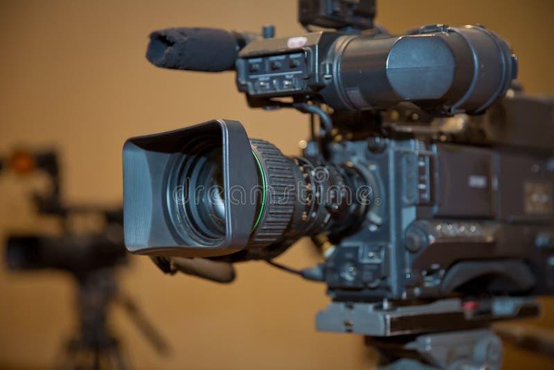 Ensemble professionnel de caméra vidéo sur un trépied avec l'excellent chemin de coupage Caméra vidéo professionnelle de producti photo libre de droits