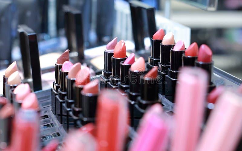 ensemble professionnel de maquillage de beaucoup rouge à lèvres coloré différent images stock