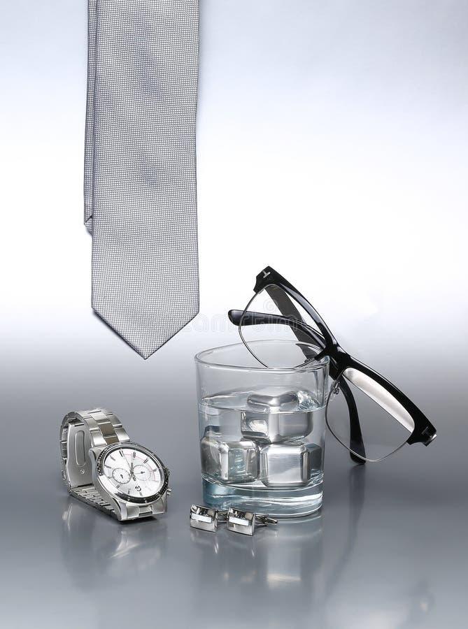 Ensemble sexy et à la mode, accessoires argentés pour l'homme d'affaires X image stock