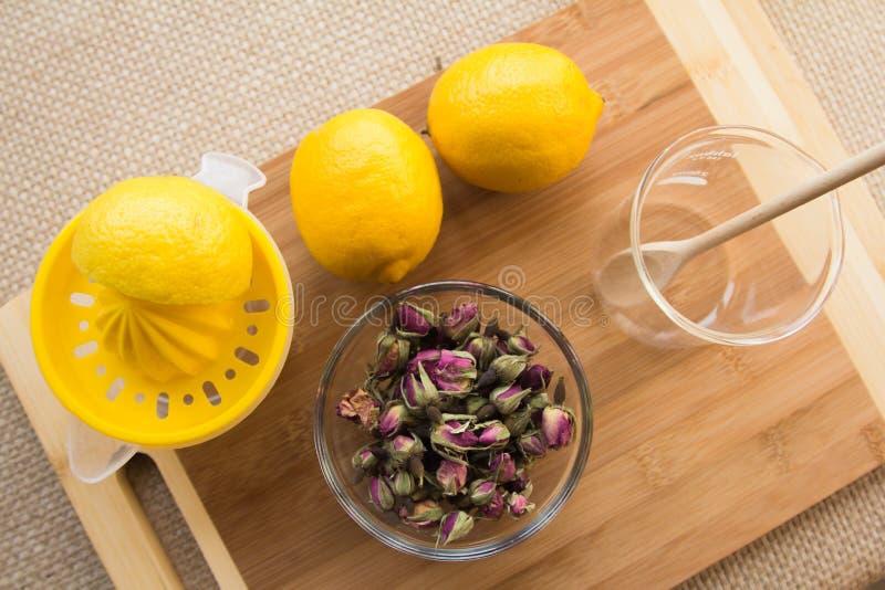 Ensemble tonique de procédé de préparation de thé de Rose photo libre de droits