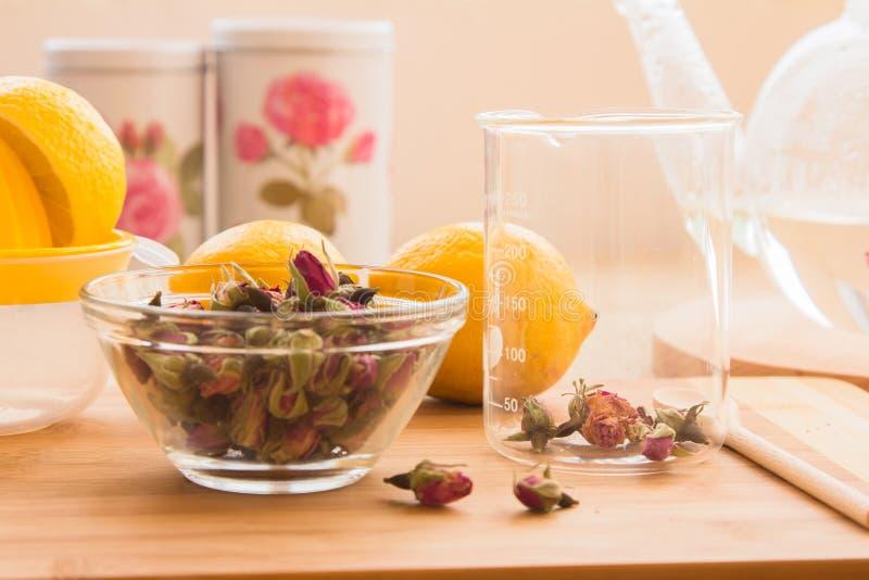 Ensemble tonique de procédé de préparation de thé de Rose image libre de droits