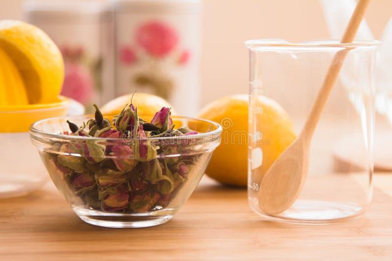 Ensemble tonique de procédé de préparation de thé de Rose images libres de droits